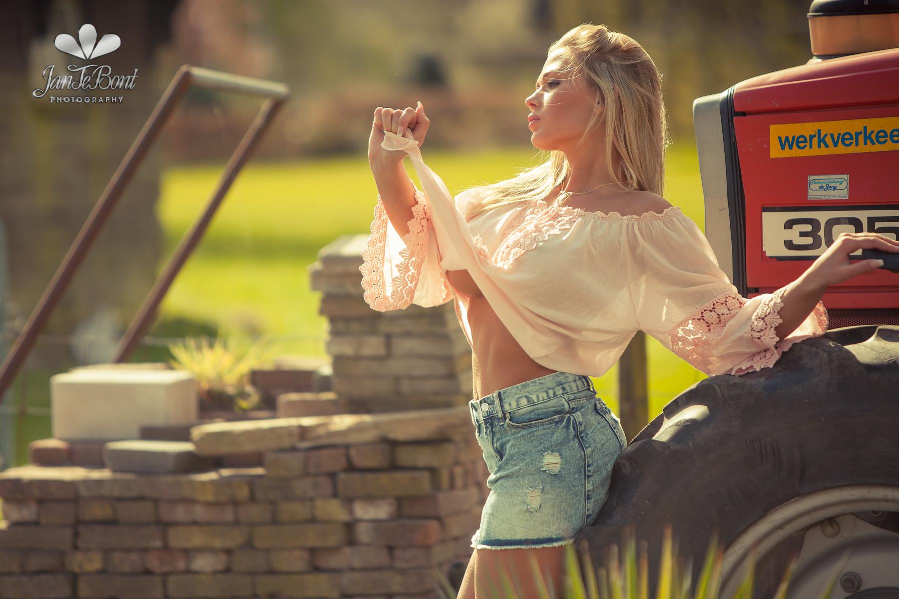 Fabienna Valentina blonde barbie lips longhair model glamour busty big boobs beauty sexy perfect girl lady woman jan te bont jantebont JTB doutze kroese sea bikini beach bikinimodel bikinibabe rimlight sunset sundawn soft romantic bokeh depth of field blue eyes massive farmergirl boudoir lingerie pignoir